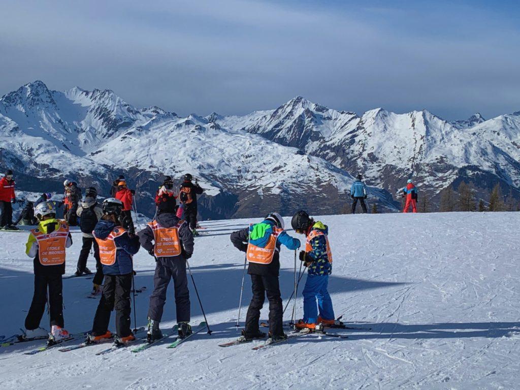 france-montagne-crise-sanitaire-coronavirus-skier-station-de-ski-skier2020-distansation-sociale-protocole-geste-barriere-cours-de-ski-les-arcs-val-allos