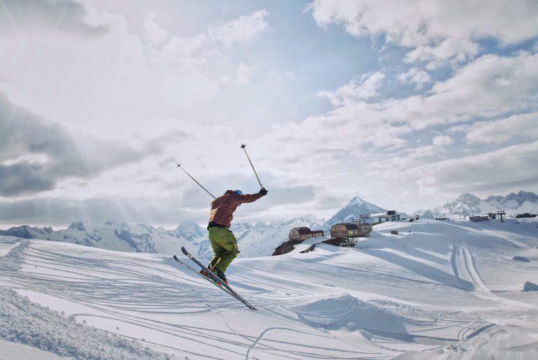 top-10-stations-ski-alpes-2020-familles-pas-chère-conviviale-enneigement-skier-freestyle