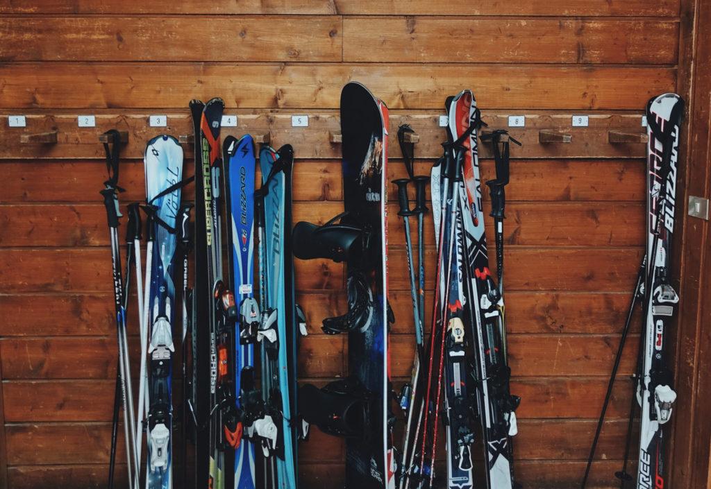 ski-savoie-alpes-tenue-jacket-mask-check-list-suitcase-list-polarized-sunglasses-gloves-boots-afterski-holidays-dress-skisuit-boots-skishoes-snowboard
