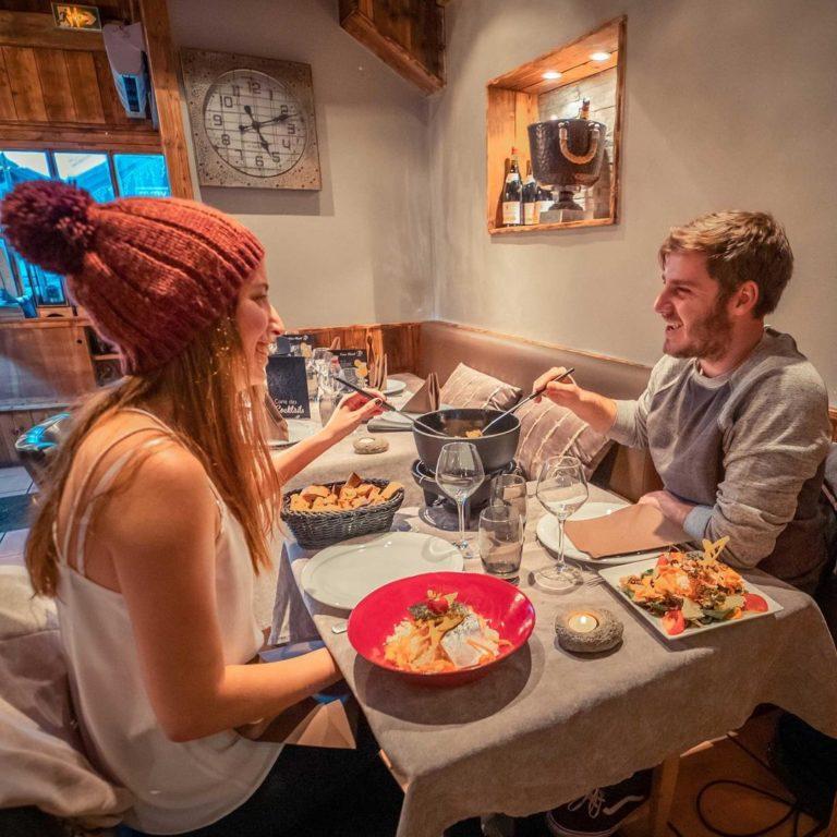 val-thorens-ski-savoie-alpes-du-nord-3-vallées-domaine-skiable-vacances-hiver-activités-neige-station-de-ski-restaurant-fondue-raclette-fromage